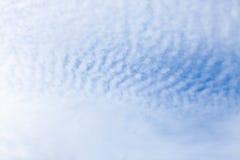 Abstraktes Muster weiße Wolken auf dem Himmel Lizenzfreie Stockfotos