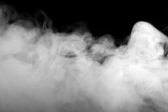 Abstraktes Nebel- oder Rauchverschiebung auf schwarzem Hintergrund Stockfotografie