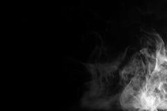 Abstraktes Nebel- oder Rauchverschiebung auf schwarzem Hintergrund Stockbilder