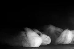 Abstraktes Nebel- oder Rauchverschiebung auf schwarzem Hintergrund Stockfotos