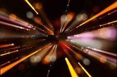 Abstraktes Objektiv-Aufflackern Konzeptbild des Raum- oder Zeitreisehintergrundes über dunklen Farben und hellen Lichtern Lizenzfreie Stockfotografie