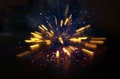 Abstraktes Objektiv-Aufflackern Konzeptbild des Raum- oder Zeitreisehintergrundes über dunklen Farben und hellen Lichtern, Stockbilder