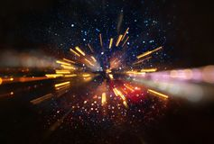 Abstraktes Objektiv-Aufflackern Konzeptbild des Raum- oder Zeitreisehintergrundes über dunklen Farben und hellen Lichtern, Stockfotos