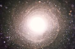 Abstraktes Objektiv-Aufflackern Konzeptbild des Raum- oder Zeitreisehintergrundes über dunklen Farben und hellen Lichtern stockfoto