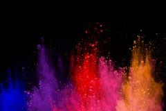 abstraktes Pulver splatted Hintergrund Bunte Pulverexplosion auf schwarzem Hintergrund Farbige Wolke Bunter Staub explodieren Mal stockfoto