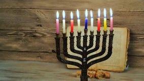 abstraktes Retro- gefiltertes zurückhaltendes Bild des jüdischen Feiertags Chanukka mit menorah traditionellen Kandelabern