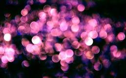 Abstraktes rosa blaues bokeh auf schwarzem Hintergrund Schönes bokeh kreist Muster auf Dunkelheit ein Lizenzfreies Stockfoto
