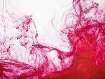 Abstraktes Rot farbiger Hintergrund Bild des gefrorenen Rotes färbte Fluss der Farbe im Wasser Tröpfchen der Acrylfarbe fallen ge Stockbild