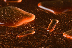 Abstraktes Süßwasser lässt Tau auf Kupferlegierungsbeschaffenheitsoberfläche fallen Lizenzfreies Stockfoto