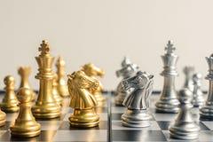 Abstraktes Schachspiel vertraulich auf einem Schachbrett im Weinleseton Stockbild