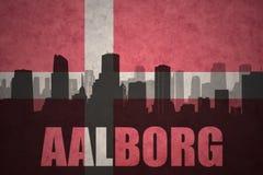 Abstraktes Schattenbild der Stadt mit Text Aalborg an der Weinlesedänischeflagge Stockfotos