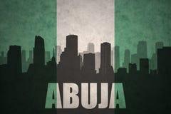 Abstraktes Schattenbild der Stadt mit Text Abuja an der Weinlese Nigerianflagge Stockbild