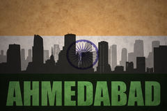 Abstraktes Schattenbild der Stadt mit Text Ahmedabad an der Weinleseinderflagge Lizenzfreie Stockbilder
