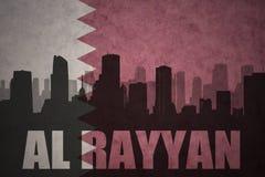 abstraktes Schattenbild der Stadt mit Text Al Rayyan an der Weinleseqatar-Flagge Lizenzfreie Stockfotos
