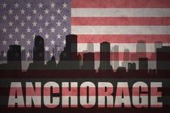 Abstraktes Schattenbild der Stadt mit Text Anchorage an der Weinleseamerikanischen flagge Lizenzfreies Stockfoto
