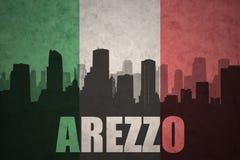 Abstraktes Schattenbild der Stadt mit Text Arezzo an der Weinleseitalienerflagge Lizenzfreie Stockbilder