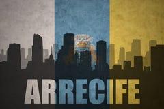 Abstraktes Schattenbild der Stadt mit Text Arrecife an der Flagge der Kanarischen Inseln der Weinlese Lizenzfreies Stockfoto