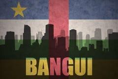 Abstraktes Schattenbild der Stadt mit Text Bangui an der Weinleserepublik- zentralafrikaflagge Stockbilder