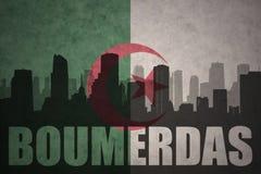 Abstraktes Schattenbild der Stadt mit Text Boumerdas an der Weinlesealgerierflagge Stockbild