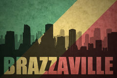 Abstraktes Schattenbild der Stadt mit Text Brazzaville an der Weinlesekongolese-Flagge Stockbilder