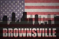 Abstraktes Schattenbild der Stadt mit Text Brownsville an der Weinleseamerikanischen flagge Lizenzfreies Stockfoto