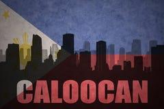 Abstraktes Schattenbild der Stadt mit Text Caloocan an der Weinlesephilippinen-Flagge Lizenzfreie Stockfotografie