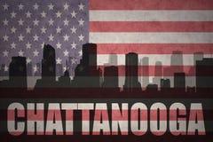 Abstraktes Schattenbild der Stadt mit Text Chattanooga an der Weinleseamerikanischen flagge Lizenzfreie Stockbilder