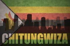Abstraktes Schattenbild der Stadt mit Text Chitungwiza an der Weinlesesimbabwer-Flagge Lizenzfreies Stockfoto
