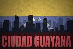 Abstraktes Schattenbild der Stadt mit Text Ciudad Guayana an der Weinlesevenezolanerflagge Lizenzfreies Stockfoto