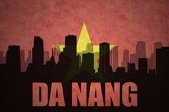 Abstraktes Schattenbild der Stadt mit Text Da Nang an der Weinlesevietnameseflagge Lizenzfreie Stockfotografie