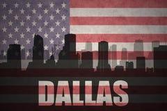 Abstraktes Schattenbild der Stadt mit Text Dallas an der Weinleseamerikanischen flagge Lizenzfreie Stockfotos