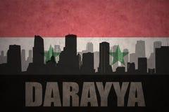Abstraktes Schattenbild der Stadt mit Text Darayya an der Weinlesesyrerflagge Stockfoto