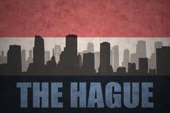 Abstraktes Schattenbild der Stadt mit Text Den Haag an der Weinleseholländerflagge Stockbild