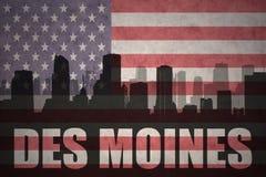 Abstraktes Schattenbild der Stadt mit Text Des Moines an der Weinleseamerikanischen flagge Lizenzfreie Stockfotos