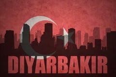 Abstraktes Schattenbild der Stadt mit Text Diyarbakir an der Weinlesetürkischeflagge Stockbilder