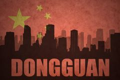 Abstraktes Schattenbild der Stadt mit Text Dongguan an der Weinlesechineseflagge Lizenzfreies Stockfoto