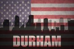 Abstraktes Schattenbild der Stadt mit Text Durham an der Weinleseamerikanischen flagge Stockbilder
