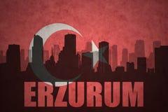 Abstraktes Schattenbild der Stadt mit Text Erzurum an der Weinlesetürkischeflagge Lizenzfreies Stockbild