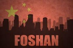 Abstraktes Schattenbild der Stadt mit Text Foshan an der Weinlesechineseflagge Lizenzfreies Stockfoto