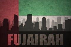 Abstraktes Schattenbild der Stadt mit Text Fujairah an der Flagge der Weinlesevereinigten arabischer emirate Lizenzfreie Stockfotos