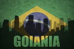 Abstraktes Schattenbild der Stadt mit Text Goiania an der Weinlesebrasilianerflagge Stockfoto