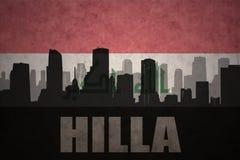 Abstraktes Schattenbild der Stadt mit Text Hilla an der Weinleseirakerflagge Stockfotos