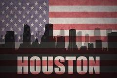 Abstraktes Schattenbild der Stadt mit Text Houston an der Weinleseamerikanischen flagge Lizenzfreie Stockbilder