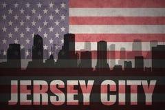 Abstraktes Schattenbild der Stadt mit Text Jersey City an der Weinleseamerikanischen flagge Lizenzfreies Stockbild