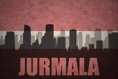 Abstraktes Schattenbild der Stadt mit Text Jurmala an der Weinlese Latvianflagge Stockfoto