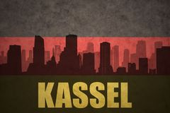 Abstraktes Schattenbild der Stadt mit Text Kassel an der Weinlesedeutschflagge Lizenzfreie Stockfotografie
