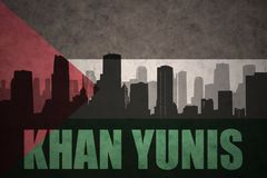 Abstraktes Schattenbild der Stadt mit Text Khan Yunis an der Weinlesepalästinenserflagge Lizenzfreie Stockbilder