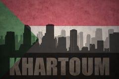 Abstraktes Schattenbild der Stadt mit Text Khartum an der Weinlesesudaneseflagge Stockfotografie