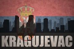 Abstraktes Schattenbild der Stadt mit Text Kragujevac an der serbischen Flagge der Weinlese Stockbilder