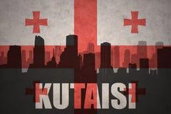 Abstraktes Schattenbild der Stadt mit Text Kutaisi an der georgischen Flagge der Weinlese Lizenzfreies Stockbild